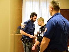 Mladík se připletl do konfliktu mezi svou kamarádkou a starším opilým mužem. Bodl ho nožem do srdce. Za pokus o vraždu mu hrozí osmnáct let vězení.
