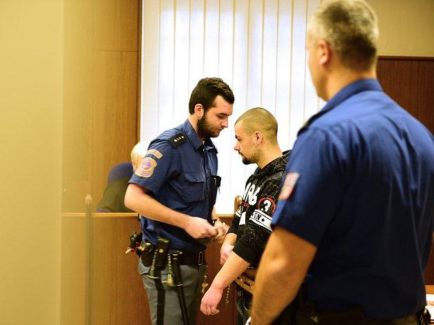 Bodl mu nůž do hrudi, mladík dostal u soudu sedm let