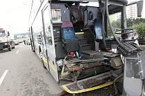 Nehoda autobusu a kamionu zablokovala část Hradecké ulice v Brně.