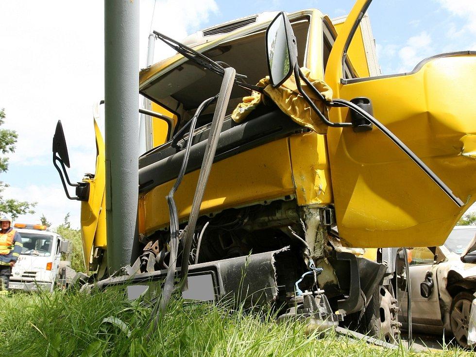 Dvě auta se srazila na křižovatce brněnských ulic Kníničská a Bystrcká.
