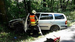 Ze škarpy u silnice museli jihomoravští hasiči v pátek odpoledne vytahovat osobní auto.