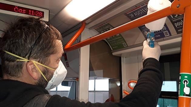 Ochranný nástřik ve dvou brněnských tramvajích ochrání cestující před nakažením se infekčních nemocí.