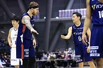 Nyní hájí basketbalista Patrik Auda (vlevo) barvy japonské Jokohamy, před třinácti lety ovšem sbíral v brněnském dresu první minuty v play-off.