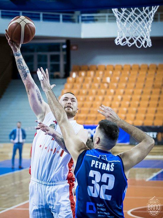 Poslední utkání odehrál Basket Brno (v bílém Šimon Puršl) proti Kolínu v pátek 11. září.