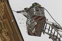 Hasiči v úterý zasahovali na náměstí Svobody v centru Brna. Shazovali tam sníh ze střechy budovy na rohu náměstí a Běhounské ulice, ve které sídlí obvodní oddělení policie.