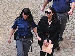Žena obviněná z vraždy novorozeňat stanula před soudem.