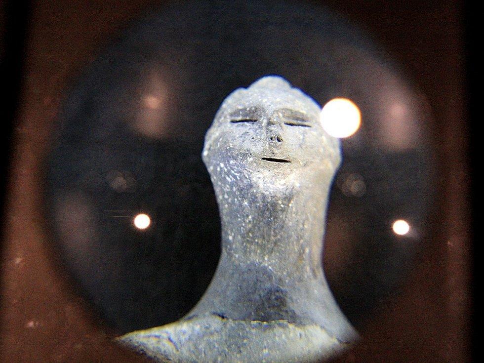 Mísa s dekorací v podobě lidských hlav, plastika ženy známá jako venuše z Hlubokých Mašůvek. Také tyto unikáty představuje nová výstava Moravského zemského muzea v Brně, kterou nově hostí Palác šlechtičen v Kobližné ulici.