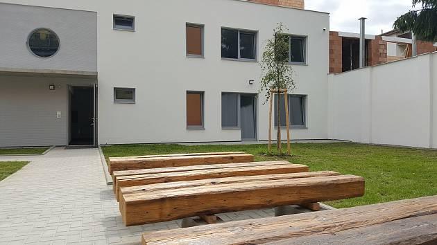 Rekonstruovaný dům hrůzy na Mostecké 12. Jsou v něm startovací byty pro mladé rodiny. Součástí je i bezbariérové bydlení.