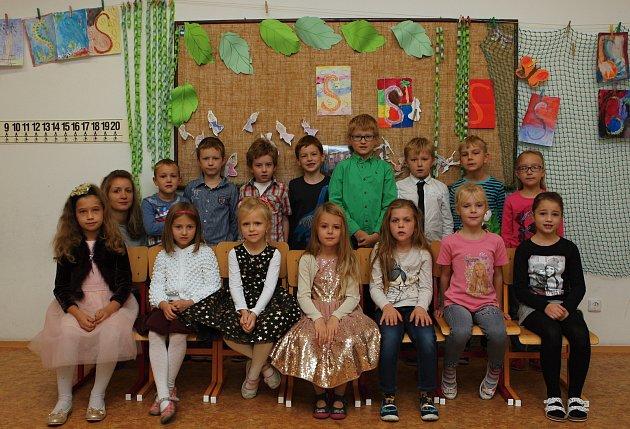 Žáci 1.B ze ZŠ vSokolnicích spaní učitelkou Kateřinou Vopatovou.