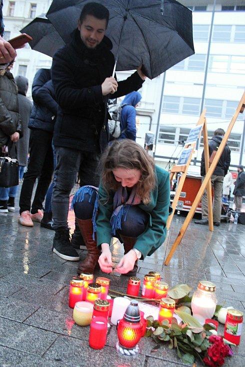 Lidé si ve čtvrtek připomněli na brněnském náměstí Svobody první výročí od vraždy slovenského novináře Jána Kuciaka.