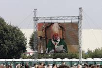 Papež slouží mši svatou.