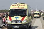 Ambulance odváží jednoho ze zkolabovaných poutníků.
