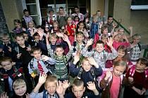 Na dvoře ve čtvrtek v prvním školním dnu přivítali učitelé Masarykovy základní školy v brněnské ulici Kamenačky své žáky.