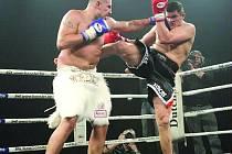 Brněnský thajboxer Tomáš Hron (vpravo)