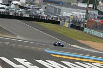 Čtyřiadvacetihodinové klání sportovních vozů v okolí Le Mans využívá běžných silnic i závodního okruhu. Na ten se trať napojuje před cílovou rovinkou (na snímku za motorkou).
