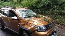 Dopravní nehoda kvůli bouřce v Olomučanech na Vyškovsku, vůz poškodila spadlá větev.