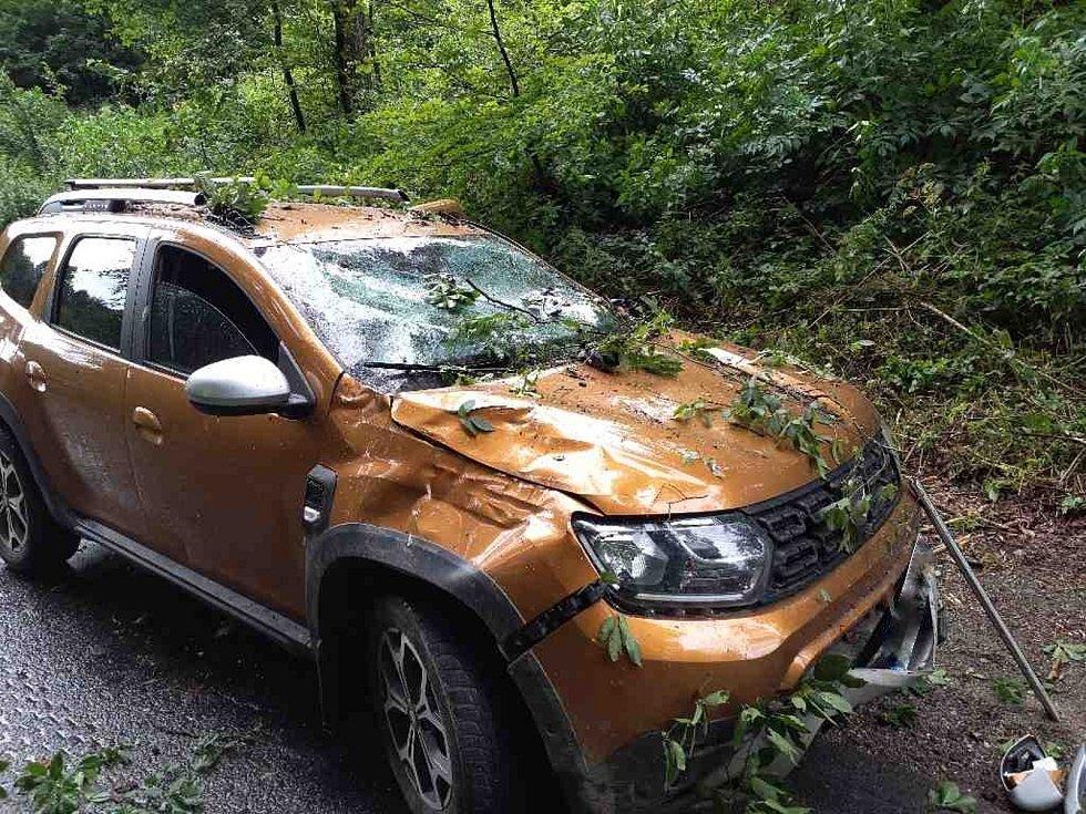 Dopravní nehoda kvůli bouřce v Olomučanech na Blanensku, vůz poškodila spadlá větev.