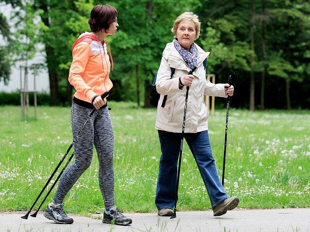 Instruktorka nordic walkingu Jaruška Morávková (v oranžovém) u Pavilonu Anthropos v brněnských Pisárkách. Brňané si tam vyzkoušeli chůzi s hůlkami.