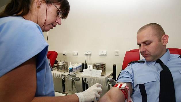 Policisté darovali krev ve Fakultní nemocnici Brno.