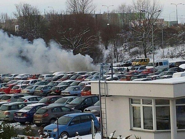 Na parkovišti ubohunické nemocnice hořelo auto.