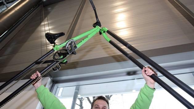 Tvůrce obřího kola Tomáš Jelínek předvádí svůj výtvor na veletrhu Regiontour.