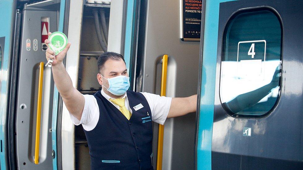 Cestování vlakem s rouškou.