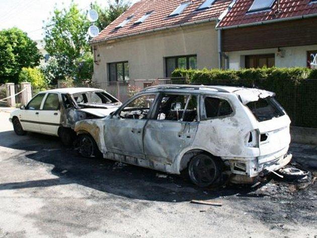 Explozí zničené auto.