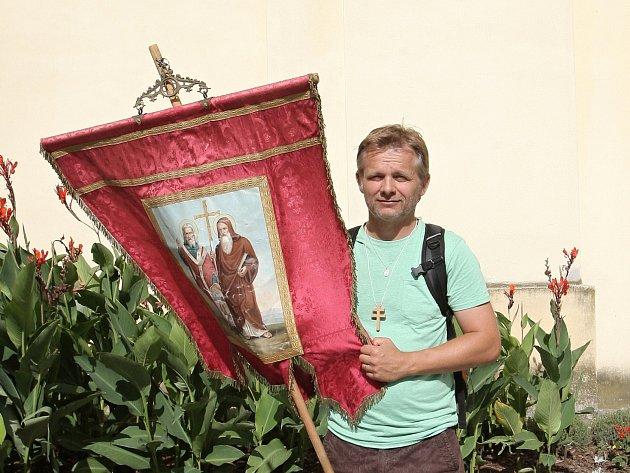 Jiří Okleštěk se společně s dalšími věřícími z bystrcké farnosti včera vydal na Cyrilometodějskou pěší pouť k výročí příchodu slovanských věrozvěstů. Z brněnské Bystrce míří do Velehradu na Uherskohradišťsku.
