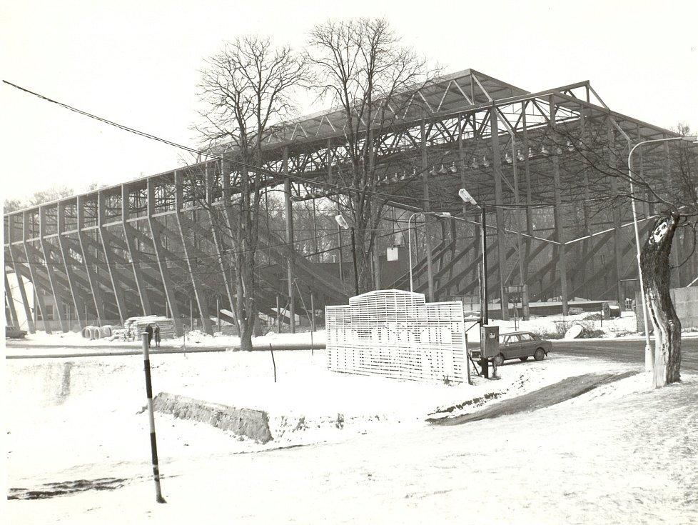 Stavba areálu břeclavského zimního stadionu. Snímek z roku1979. V lednu panovaly kruté mrazy.
