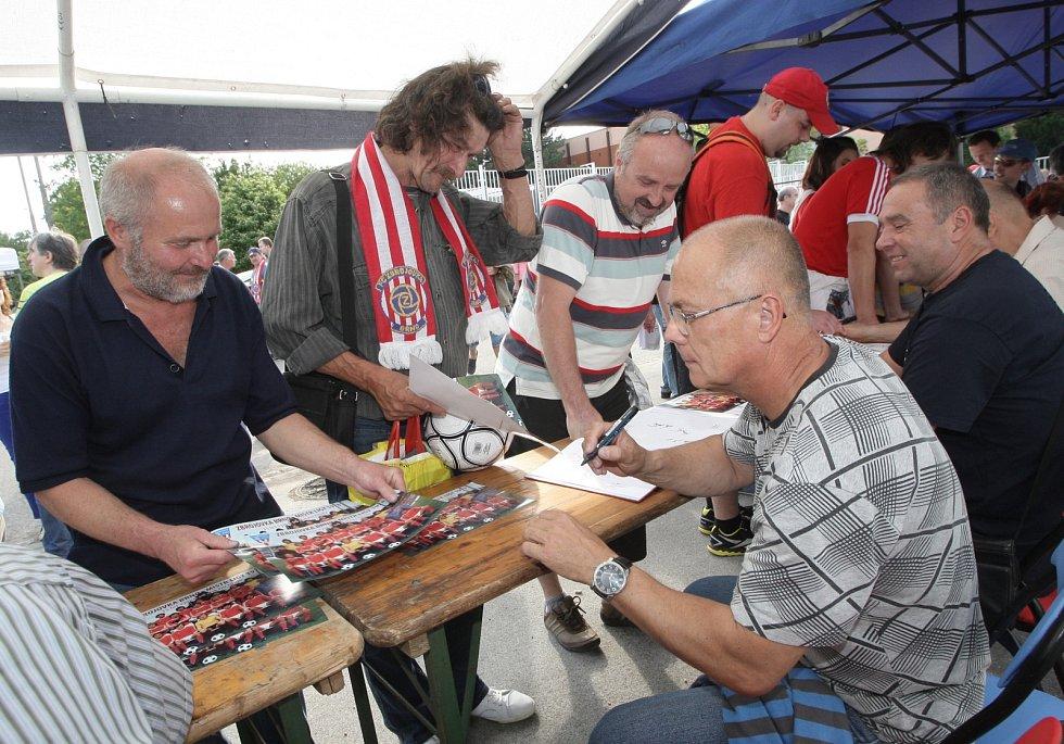 Autogramiáda na stadioně Zbrojovky v Brně.