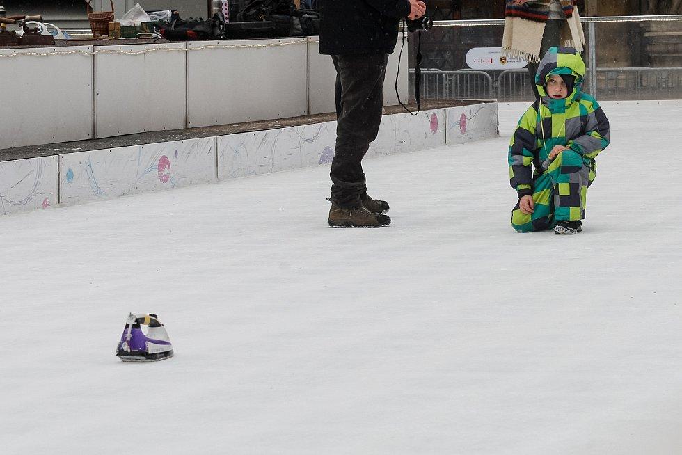 Poslední únorový den se přišli lidé na lední plochu kluziště pod Joštem utkat v žehlingu. Po vzoru curlingu posílali po ledě žehličky.
