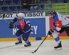 Hokejisté Komety v Lize mistrů. Na snímku Štencel (Brno) a Stalberg (Zug).