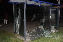 Pětapadesátiletý muž vybil tři okenní výplně tramvajové zastávky v brněnských Žabovřeskách.