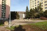 Současná podoba prostoru mezi panelovými domy v ulicích Krásného a Marie Kudeříkové v brněnských Židenicích. Na místě vznikne klidová zóna se zelení a malým dětských hřištěm.
