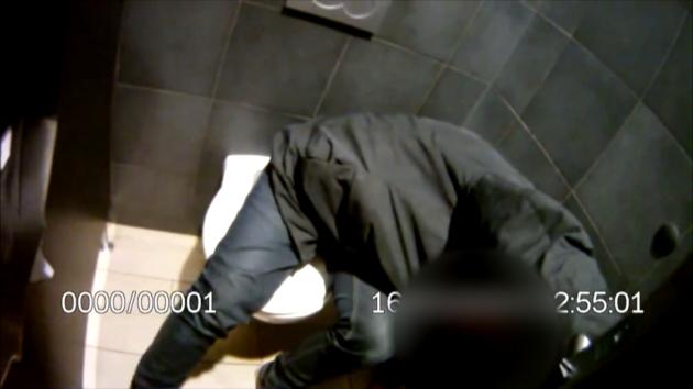 Muže zamknutého na záchodě dostali ven až strážníci. Našli u něj kradené doklady