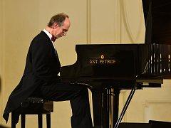 Druhý ročník programu Hudba a víno hostila v pátek večer valtická jízdárna. Své klavírní umění předvedli Ivo Kahánek a Igor Ardašev, zahrála také smyčcová kvarteta Čajkovského orchestru z Moskvy a České filharmonie.