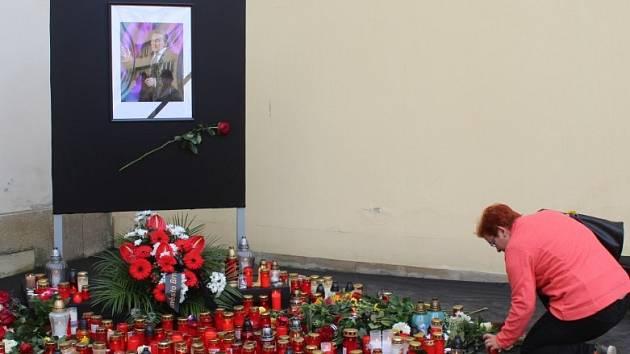 Zapálit svíčku, položit květinu nebo jen chvíli rozjímat. Od pátečního rána chodí lidé v Brně uctít památku slavného zpěváka Karla Gotta na Dominikánské náměstí a před budovu Českého rozhlasu.