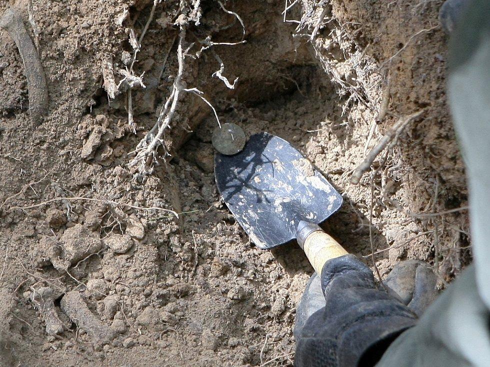 Pozůstatky rumunského vojáka odkryli zaměstnanci Moravského zemské muzea v Brně. U Jinačovic na Brněnsku byly s mužem pohřbené artefakty z války.