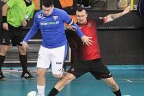 Ve futsal VARTA lize remizoval FTZS Liberec (černo-červené dresy) na domácím hřišti s Helasem Brno 2:2.