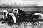 Nouzové pohřbívání mrtvých v Brně-Králově Poli při bojích o Brno (duben 1945). Foto Otakar Rybák.