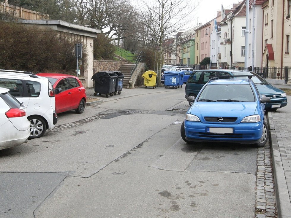 Řidiči v Brně svým parkováním mnohdy ohrožují životy jiných. Často totiž nenechají na silnici třímetrový prostor pro velká auta hasičů a záchranářů.