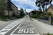 Nově vyznačená autobusová zastávka v Březinově ulici pod brněnskou Kraví horou.