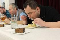 Proslulý jedlík Jaroslav Němec vyhlásil soutěž v pojídání bramborových knedlíků s uzeným masem a se zelím na Zelofestu v Pohořelicích na Brněnsku.