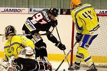 V úvodním duelu sezony porazila Technika (v černém) břeclavské Lvy 5:3.