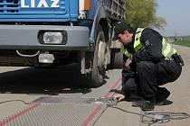 Policejní kontrola a vážení kamionu u Rakvic na Břeclavsku.