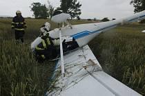 U Měnína spadlo malé letadlo se dvěma muži. Oba jsou lehce zranění.