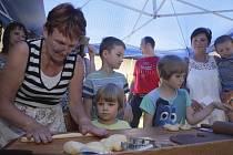 Sladkou sobotu si užívali lidé v těšanské kovárně. Děti luštily recept na koláč.