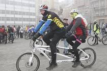 Stovka cyklistů absolvovala v Brně tradiční novoroční vyjížďku, zakončenou závodem k přehradní hrázi.
