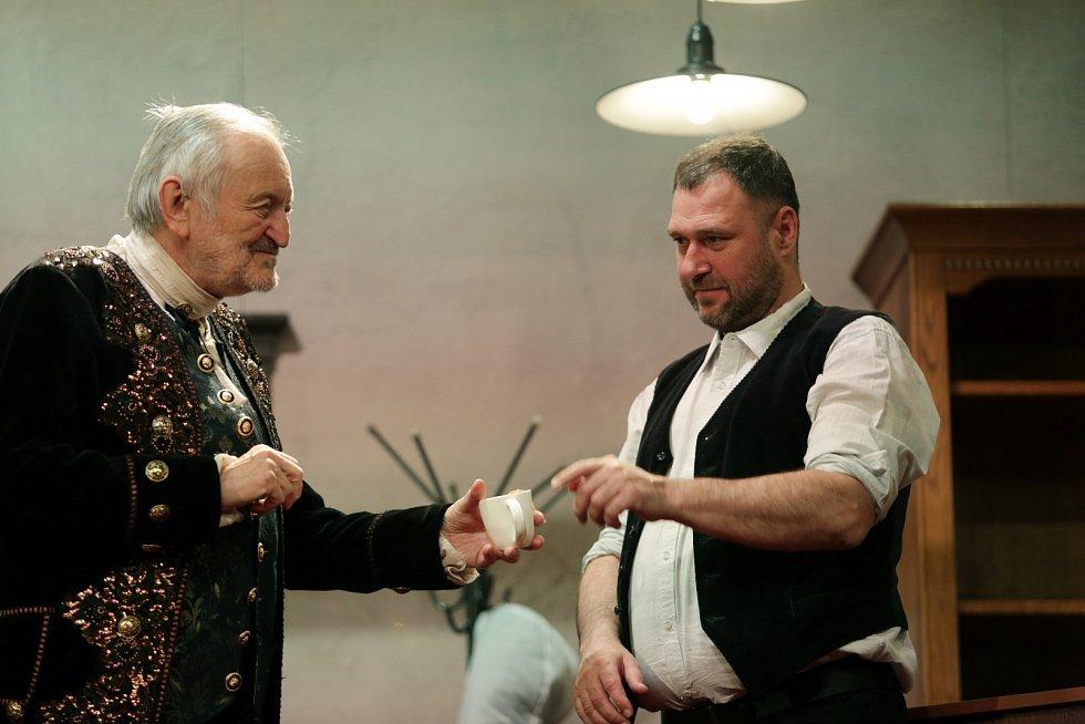 Už potřetí si společně na jevišti zahrají herečtí parťáci Bolek Polívka a Milan Lasica. Tentokrát v Polívkově autorské hře Klíště.