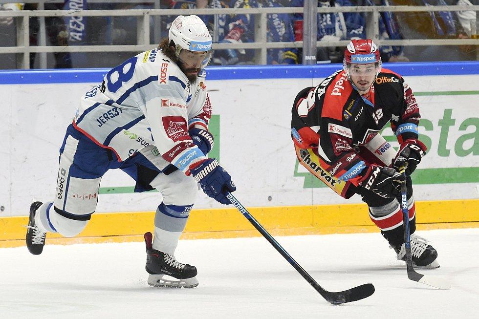 Brno 18.2.2020 - domácí HC Kometa Brno (Peter Mueller) v bílém proti Mountfield Hradec Králové (Jakub Orsava)